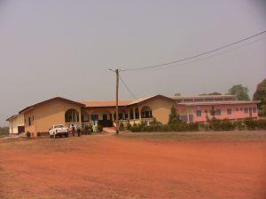 Ziekenhuis Batouri met rechts de kraamkliniek